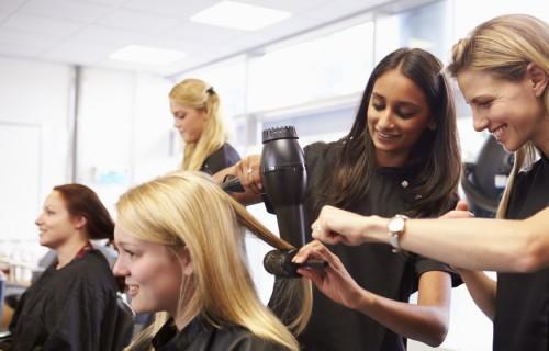 La formation et les diplômes préparés en école de coiffure